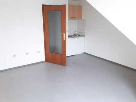 Kleines Dachgeschoss Apartment mit Einbauküche an Studenten und Berufstätige zu vermieten