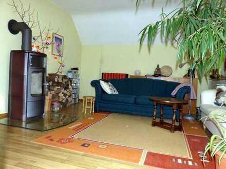 Hübsche, lichtdurchflutete 3-Zimm.-Dachgeschoss-Wohnung mit Kaminofen, Balkon und separatem Freisitz