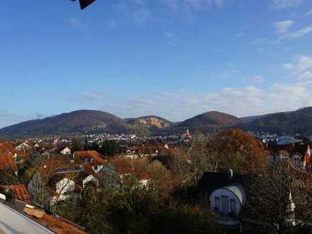 Hübsche Dachgeschoß- Maisonettewohnung mit sonniger Loggia und traumhaften Fernblick