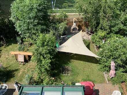 Halle-Giebichenstein: Eigentumswohnung mit Reihenhauscharakter, Garten, Dachterrasse und Garage