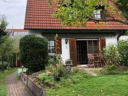 Gepflegte Doppelhaushälfte mit fünf Zimmern, EBK und Garage in Langensendelbach
