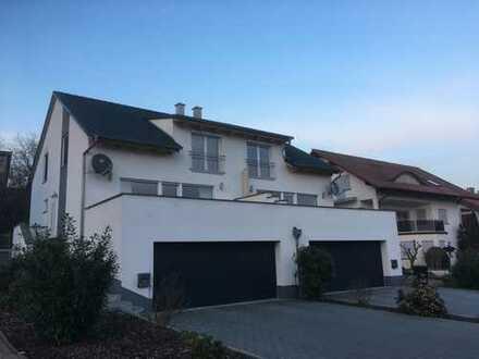 Moderne Doppelhaushälfte mit sehr großer Doppelgarage in ruhiger Lage