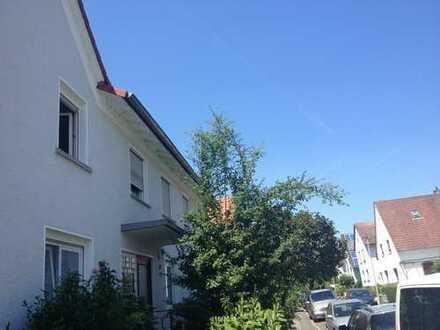 helle Wohnung mit Balkon und Holzdielen in ruhiger Lage