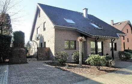 Sehr gepflegtes 2-Familienhaus an Privatstraße – Generationenwohnen!