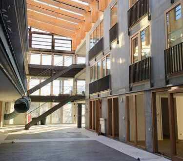 Erstbezug im Atrium-Passivhaus mit EBK und Balkon: exklusive, helle 4-Zimmer-Whg in Holzgerlingen