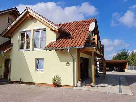Neuwertige 1-Raum-DG-Wohnung mit Balkon und Einbauküche in Böhen