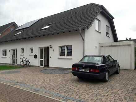 Schöne Doppelhaushälfte mit vier Zimmern und Einbauküche in Dormagen, Dormagen