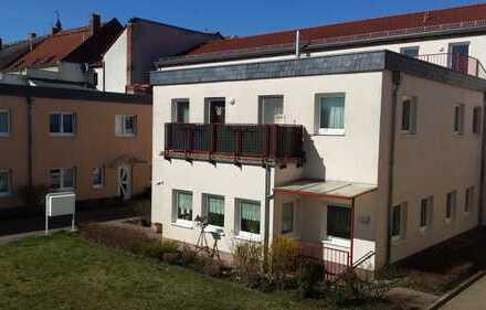 Reizende 2-Raum-Wohnung mit großer Grünfläche im Hof
