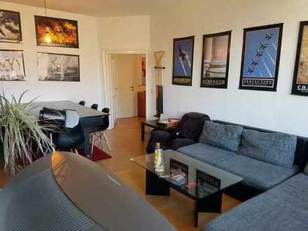 Teilweise möbliertes 23 qm Zimmer in einer 3er-WG mit extra Wohnzimmer