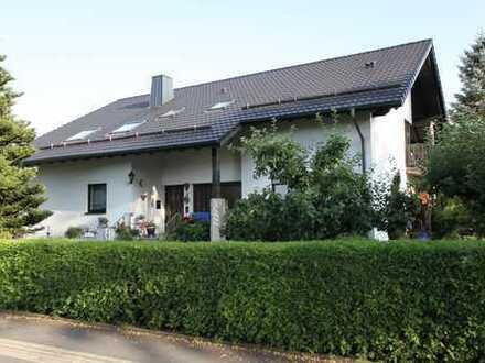 Großzügiges Zweifamilienhaus mit parkähnlichem großen Garten