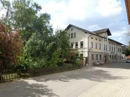 Bayrische Dorfwirtschaft mit Saal, Wohnung und Gästezimmern.
