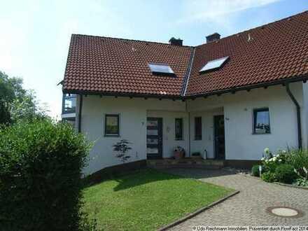 Schöne Doppelhaushälfte mit sep. Einliegerwohnung, Garten und Garage