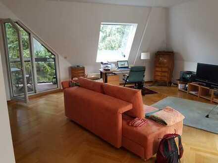 Stilvolle, geräumige 2-Zimmer-Dachgeschosswohnung mit Balkon und Einbauküche in Berlin Lichtenrade
