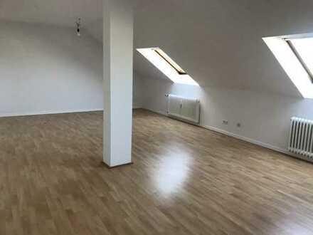 Schöne, vollständig renovierte DG-Wohnung am Sonnenschein