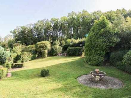 Wunderschöne Waldrandlage: 4-Zi.-EFH mit Bungalow-Charakter, Garten und tollem Ausblick