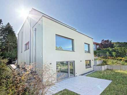 Wohnluxus in perfekter Lage: Nobel ausgestattetes Einfamilienhaus mit Aussicht über die Stadt.
