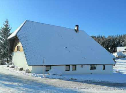 Liebevoll saniertes Zweifamilienhaus. Randlage, großes Wiesengrundstück, zwei Garagen