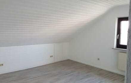 Erstbezug nach Sanierung mit Einbauküche: freundliche 1,5-Zimmer-DG-Wohnung in Hambrücken