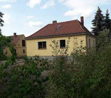 Kleines und feines Einfamilienhaus am Wäldchen mit großem Grundstück