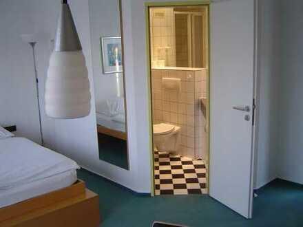 möbliertes Zimmer mit eigenem Bad für junge Leute in Ausbildung