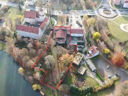 Vielzweck-Bau mit u.a. Saal, Bühne, Restaurant und großem Grundstück neben Schloss, am Schwanenteich