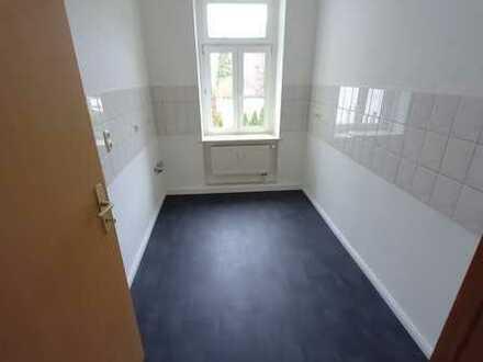 Sofort bezugsfei! Sanierte 4 Zimmer-Wohnung mit tagesbelichtetem Duschbad und Laminat