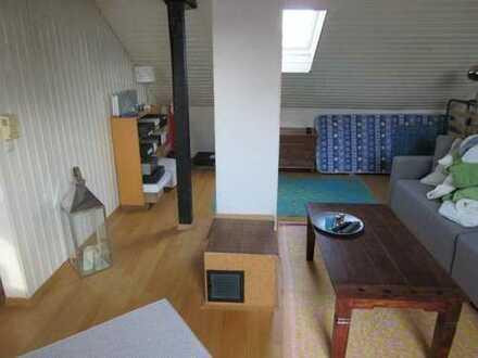 Großes Dachgeschosszimmer in gemütlichem Reihenhaus mit Garten