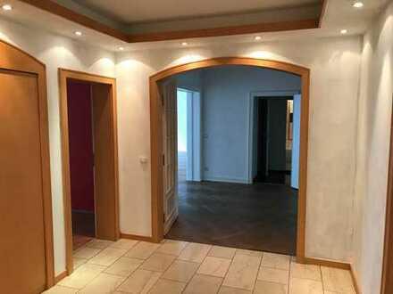 Schöne, helle und geräumige 5-Zimmer Wohnung, großer Balkon, EBK, Keller