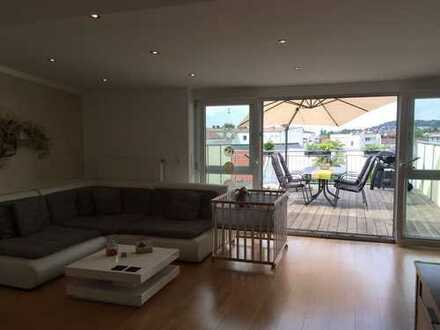 Neuwertige Dachgeschosswohnung mit drei Zimmern sowie 30m2 Terrasse und Einbauküche in Deggendorf