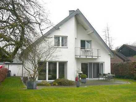 Großzügiges Wohnhaus mit Garage auf großem Grundstück
