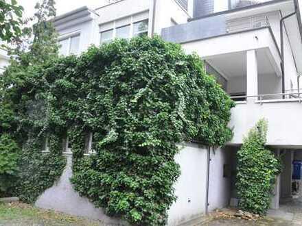 Stilvolle, geräumige und modernisierte 2-Zimmer-EG-Wohnung mit Balkon in Ludwigshafen am Rhein