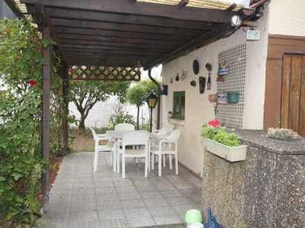 1-Familien-Doppelhaushälfte mit Hof, Garten, Garage und gemütlichem Freisitz