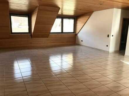 Gepflegte Wohnung inkl. Studio mit insg. 5 Zimmer sowie Balkon und EBK in Obernburg