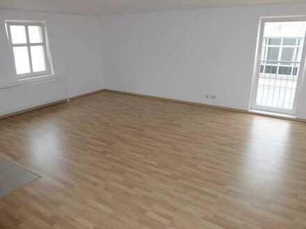 Bild_Geräumige 2-Zimmer-Wohnung mit Einbauküche und Pkw-Stellplatz in zentraler Innenstadtlage
