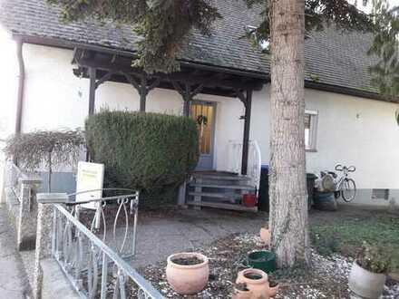 1 Familien-Wohnhaus mit fünf Zimmern und Gartenanlage