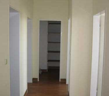 Voll renovierte helle Dachgeschosswohnung in ruhiger Lage.
