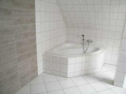 Großzügige DG-Wohnung mit Balkon, Bad mit W/DU und Fesnter!!!