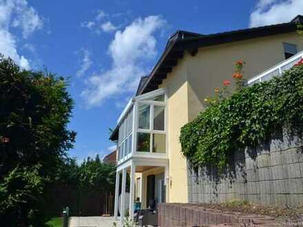 Idyllisch gelegene DHH mit viel Platz für die Familie! Wintergarten und Einbauküche!