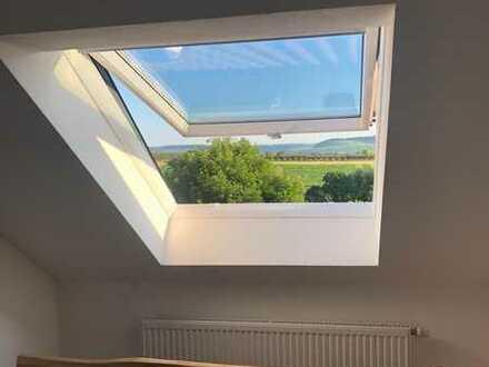 Gepflegte 3-Raum-Maisonette-Wohnung mit Balkon, tollem Ausblick und Einbauküche in Lehrensteinsfeld