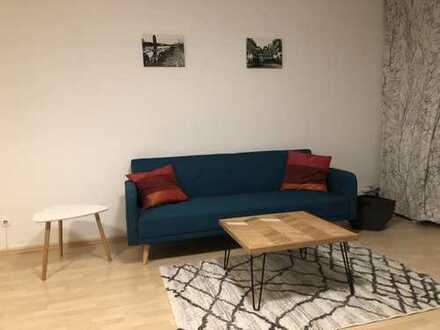 Schicke, modernisierte 1-Zimmer-Hochparterre-Wohnung mit Balkon und EBK, Nähe Nidda und U6