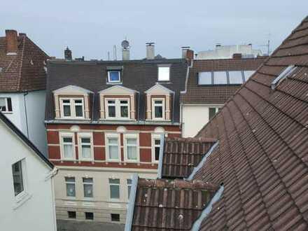 Moderne, lichtdurchflutete Dachgeschosswohnung mit Ausblick über das Hansaviertel mit Balkon
