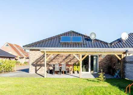 Moderne Bungalow Doppelhaushälfte mit großem Garten und überdachter Terrasse in Leer-Loga!