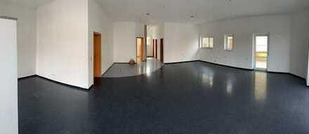 Top ausgestattete Laden-/Büro-/Praxisfläche m. Parkplätzen Nähe Biberach direkt an der B312