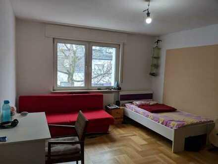 Großes möbliertes Zimmer (22 qm) in einer gemeinsamen Wohnung.