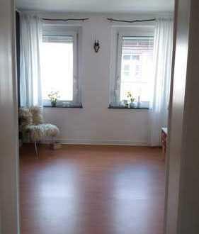 Zwei helle, ruhige, zusammenhängende Zimmer (ca. 35 qm) in liebevoll eingerichteter 110qm Altbauwohn