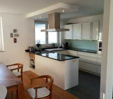 Vollständig renovierte 4-Zimmer-Wohnung mit Dachterrasse und Einbauküche in Leverkusen