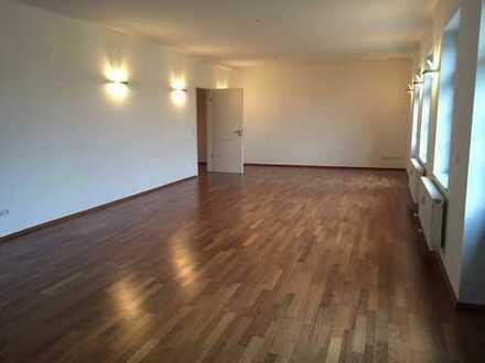 Großzügig Wohnung mit Loftcharakter zu vermieten. Genießen Sie die Größe und die Lage!