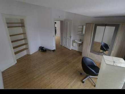 Eines von vier ca. 18 qm großen Zimmern in 9 Wg in Zentraler Lage