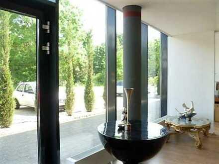 Niveauvolle Gewerbefläche mit Schaufenster als Büro- oder Verkaufsfläche