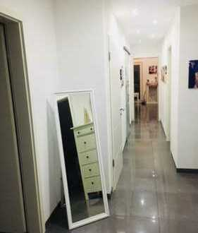 Neuwertige 3,5-Zimmer-DG-Wohnung mit Balkon und Einbauküche in Stockstadt